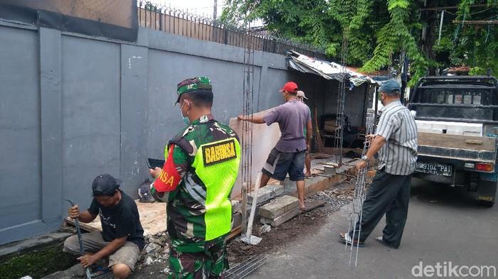 Pembangunan pos 3 pilar di Petamburan dilanjutkan pagi ini