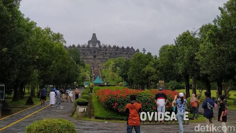 Pemberian suvenir kepada pengunjung pertama Candi Borobudur di awal tahun 2021