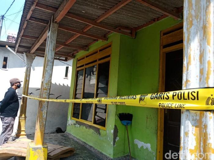 Seorang pemuda tewas dikeroyok pada malam tahun baru di Jombang. Pemuda berusia 22 tahun itu tewas dengan sejumlah luka lebam di tubuhnya.