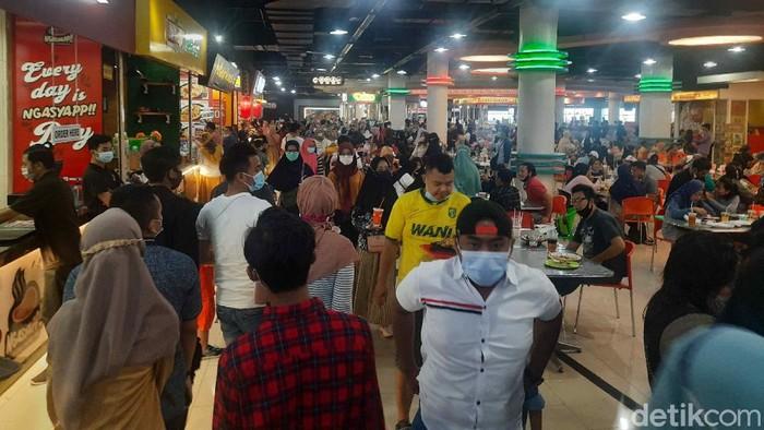 Banyak warga Surabaya yang jalan-jalan di mal saat libur tahun baru. Seperti yang tampak di Royal Plaza.