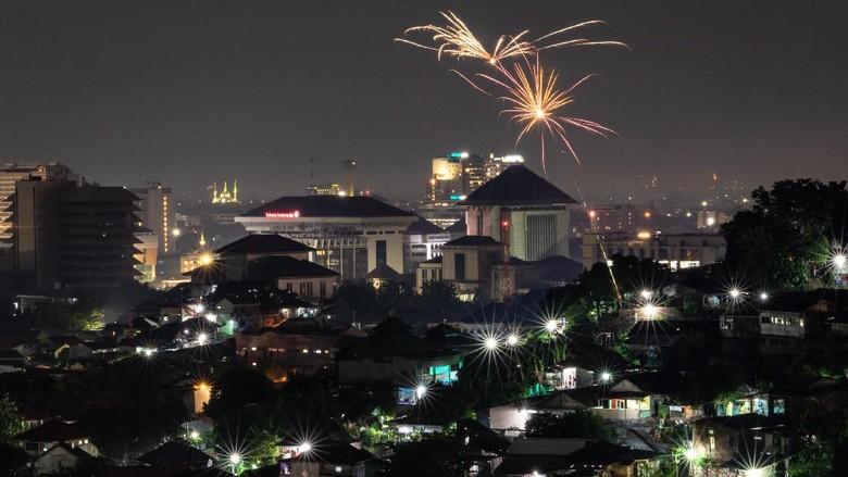 Larangan merayakan tahun baru 2021 membuat pergantian tahun di Sejumlah kota sepi. Larangan ini terkait adanya pandemi COVID-19.
