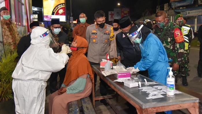 Lamongan menggelar rapid antigen secara acak kepada warga yang berkerumun saat malam tahun baru. Hasilnya tidak ada yang positif.