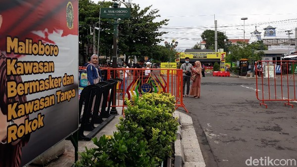 Diberitakan sebelumnya, Pemerintah Kota (Pemkot) Yogyakarta menutup sementara plang jalan Malioboro. Pasalnya plang nama jalan legendaris itu menjadi tujuan utama wisatawan foto-foto dan berpotensi memicu kerumunan.(Pradito Rida Pertana/detikcom)