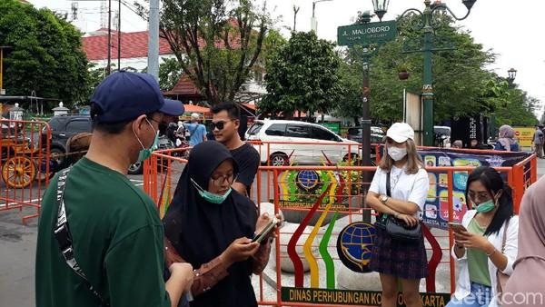 Salah satu wisatawan asal Bekasi, Jawa Barat yakni Azka menyebut ini kali kedua dia ke plang Jalan Malioboro. Pasalnya kemarin plang tersebut ditutup sehingga dia tidak bisa berswafoto.(Pradito Rida Pertana/detikcom)