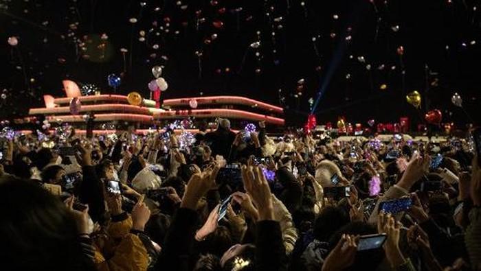 Warga padati Pusat Kota Wuhan untuk rayakan tahun baru (AFP/NOEL CELIS)