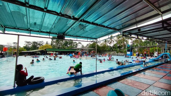 Lokasinya berada di Objek Wisata J&J, Desa Bojong, Kabupaten Kuningan, Jawa Barat. J&J sendiri merupakan tempat rekreasi keluarga uang memiliki berbagai wahana anak seperti kolam renang. (Bima Bagaskara/detikcom)