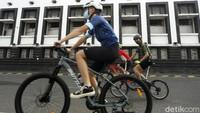 Seperti terlihat Jumat (01/01/2021), warga menikmati suasana Kota Tua, Jakarta Barat, dengan bersepeda.