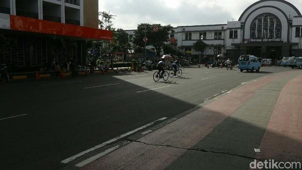 Lalu lintas yang lengang membuat para sepeda melintas dengan nyaman.