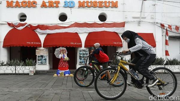 Pesepeda melintas di depan Magic Art 3D Museum, Kota Tua.
