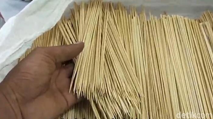 Sate merupakan makanan tradisional yang digemari masyarakat. Bayangkan, berapa juta tusuk sate yang dibutuhkan setiap harinya?