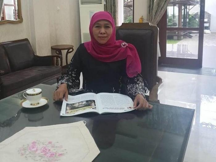 Gubernur Jatim Khofifah Indar Parawansa positif COVID-19. Khofifah diketahui terinfeksi setelah hasil tes swab mingguannya menunjukkan hasil positif.