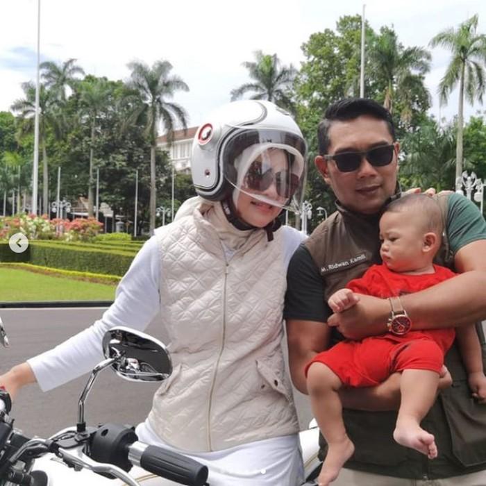 Rambut Ridwan Kamil tetap rapi meski motoran pakai helm.