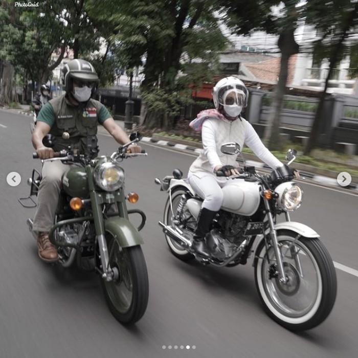 Ridwan Kamil peringati hari jadi pernikahannya dengan motor custom bergaya klasik.