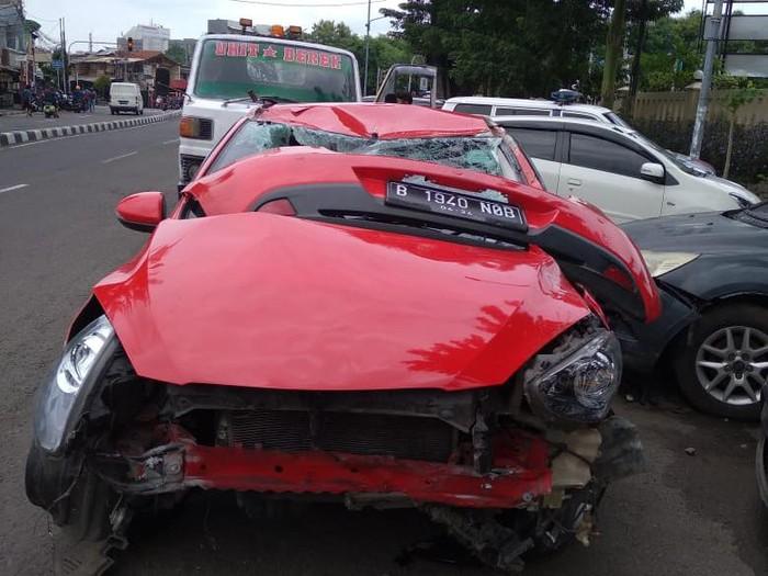 Kecelakaan Mobil Seruduk Motor di Jakarta Pusat