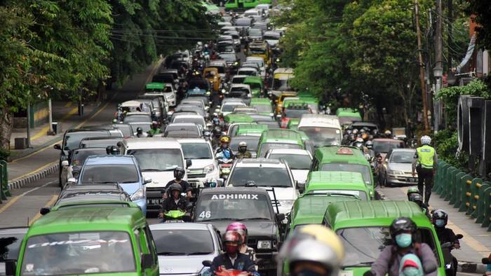 Sejumlah kendaraan bergerak lambat saat kepadatan arus lalu lintas di Jalan Jalak Harupat, Kota Bogor, Jawa Barat, Sabtu (2/1/2021). Satlantas Polresta Bogor Kota menyiapkan beberapa rekayasa lalu lintas saat libur panjang Natal dan Tahun Baru 2021 guna mengantisipasi kepadatan di pusat kota dan lonjakan kendaraan dampak pemberlakuan surat tes cepat antigen COVID-19 untuk warga yang menuju jalur wisata Puncak, Kabupaten Bogor. ANTARA FOTO/Arif Firmansyah/pras.