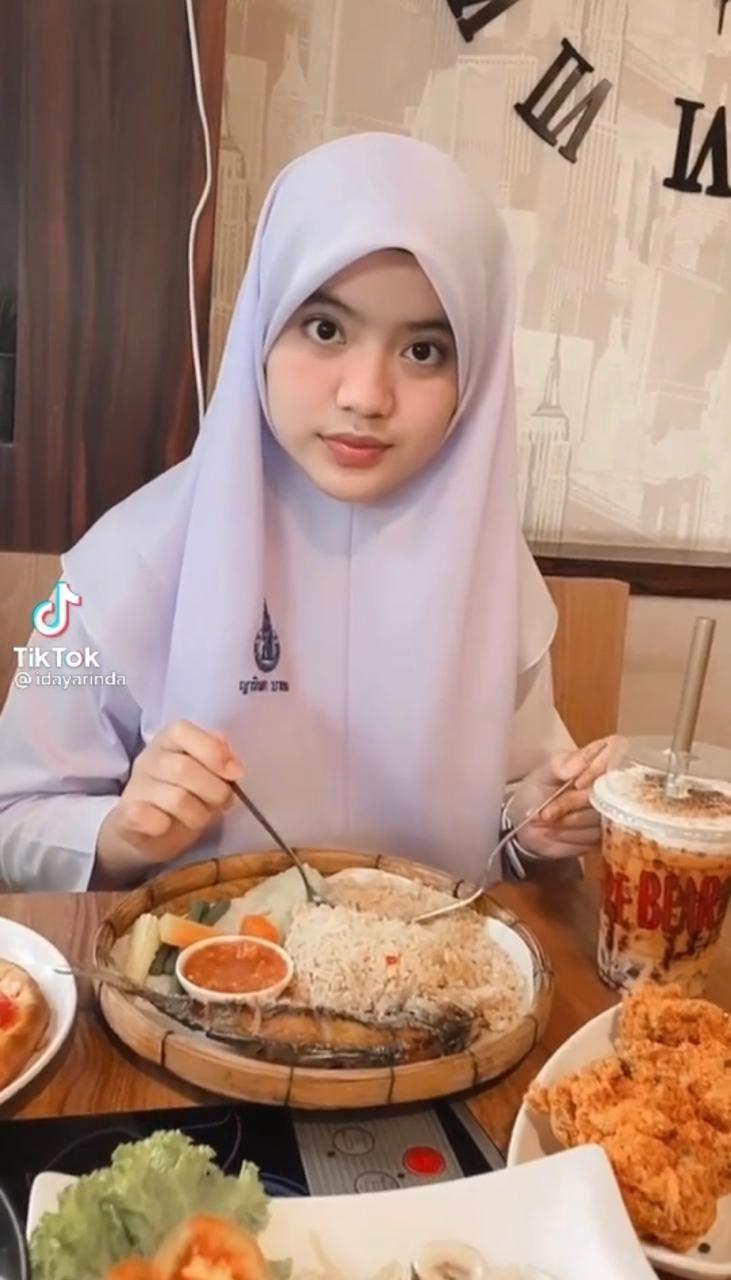 Makan Pakai Bahasa Thailand, Ukhti Ini Digombalin Netizen Indonesia