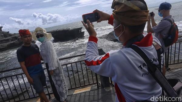 Entah tertarik atau iba, wisatawan setuju untuk menggunakan jasa fotografer wisata dan hanya mencetak satu lembar. Selebihnya, mereka meminta sang fotografer memotret lewat smartphone canggih mereka.