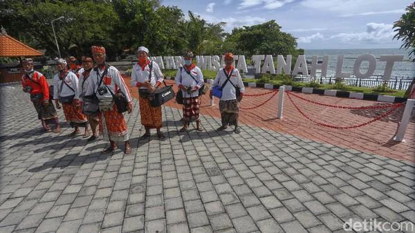 Para fotografer ini berharap wisatawan bisa datang dengan memperhatikan protokol kesehatan. Mereka juga berharap teman-teman dari luar kota datang liburan ke Bali, khususnya Tanah Lot.