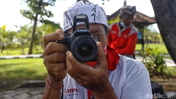Para juru foto untuk wisatawan ini kehilangan pandapatan sejak Corona merebak.