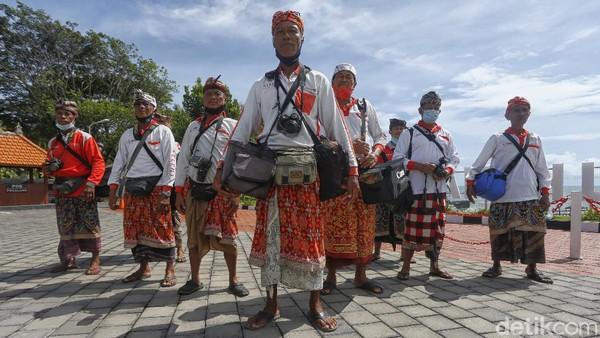 Nyoman, seorang fotografer wisata yang sudah 20 tahun mencari nafkah di Pura Tanah Lot Bali mengatakan Pura Tanah Lot sudah beberapa bulan ditutup. Baru dibuka sebulan lalu.