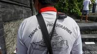 Karena sebelum jadi fotografer, pekerjaan dia memang petani.