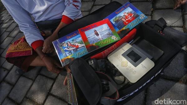 Dengan tarif foto Rp 20.000 per lembar, para fotografer ini bisa hidup.