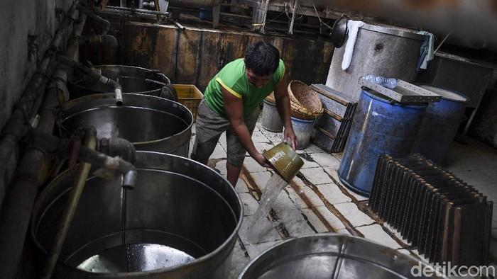 Pekerja menata peralatan saat menggelar aksi mogok berproduksi di salah satu pabrik tahu di Jakarta, Sabtu (2/1/2021). Sejumlah produsen tahu dan tempe di Jabodetabek menggelar aksi mogok berproduksi sebagai protes dari naiknya harga kedelai di pasaran yang mencapai Rp9.000 per kilogram dari harga normal Rp7.000 per kilogram. Mereka berharap pemerintah segera mengambil kebijakan menurunkan harga kedelai karena membebani pelaku usaha UMKM tersebut. ANTARA FOTO/Hafidz Mubarak A/pras.
