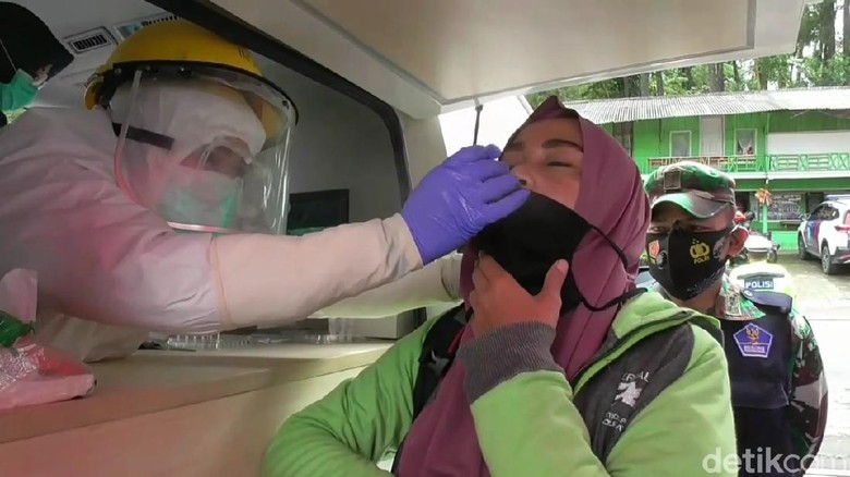 Mengantisipasi penyebaran COVID-19 saat nataru, Satgas COVID-19 Kabupaten Subang menggelar rapid test antigen di perbatasan kabupaten Subang-Bandung..