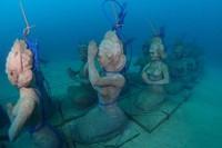 Aneka patung yang ditenggelamkan di laut Bali. Diharapkan jadi rumah baru buat penghuni terumbu karang. Foto: Kementerian Kelautan dan Perikanan
