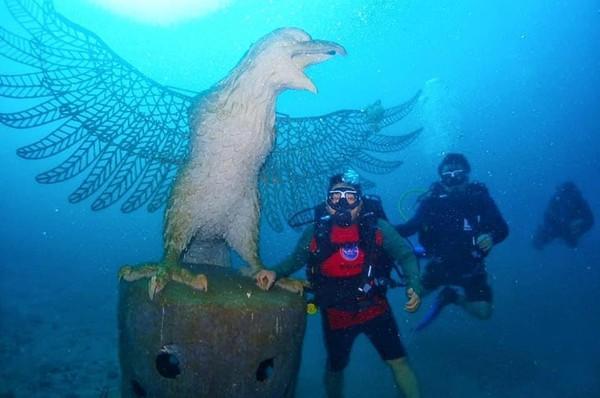 Ribuan dan aneka jenis struktur karang mulai ditenggelamkan, termasuk struktur berbentuk burung garuda di laut Bali. Foto: Kementerian Kelautan dan Perikanan