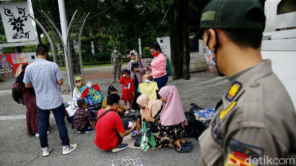 Satpol PP Bubarkan Kerumunan di Taman Pandang