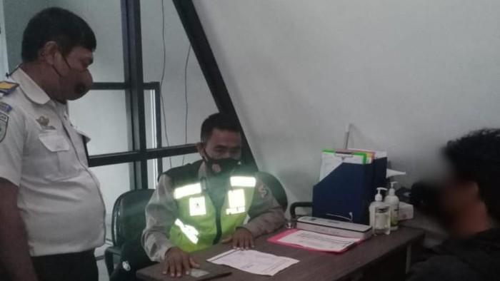 Seorang pria di Sumbawa diamankan polisi gegara diduga gunakan surat tes Corona palsu