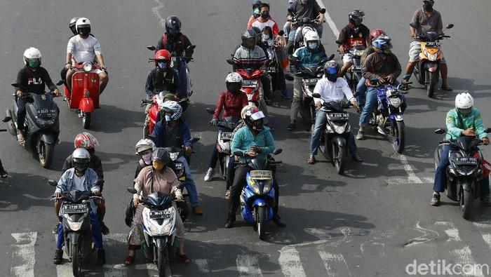 Pemprov DKI Jakarta mewajibkan setiap kendaraan berusia di atas 3 tahun yang ada di Ibu Kota lulus uji emisi. Ancaman dendanya yang mencapai Rp 500.000 lho.