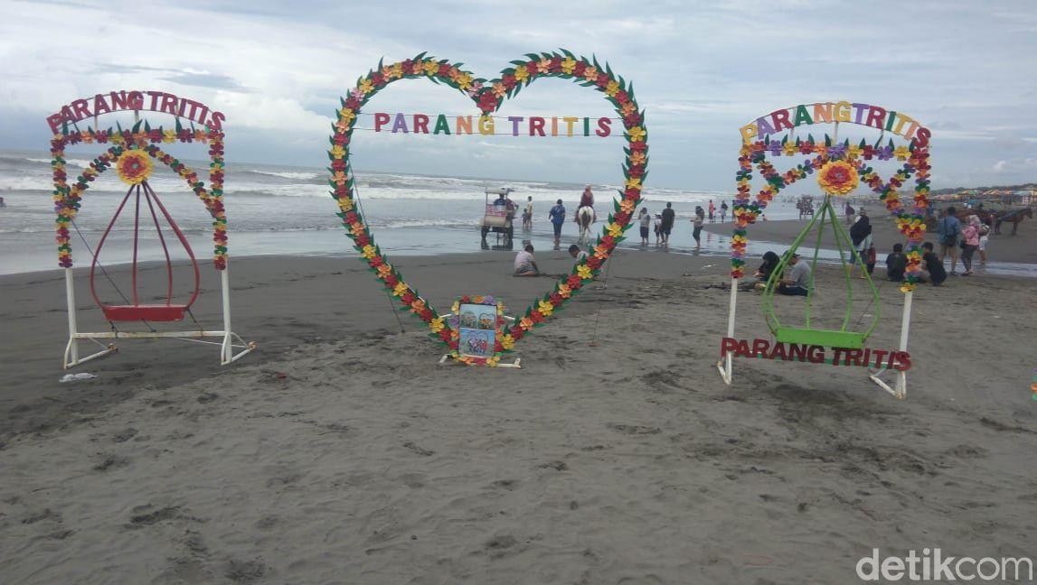 Suasana di Pantai Parangtritis, Kalurahan Parangtritis, Kapanewon Kretek, Kabupaten Bantul.