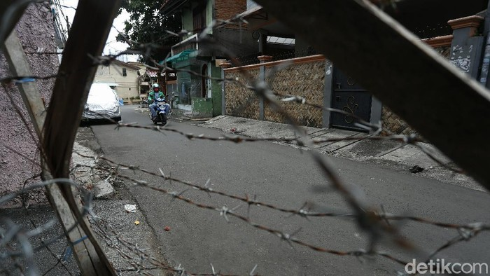 Pemerintah resmi membubarkan organisasi Front Pembela Islam (FPI) dan kegiatannya kini dilarang di Indonesia. Nah, seperti apa suasana terkini di Petamburan?