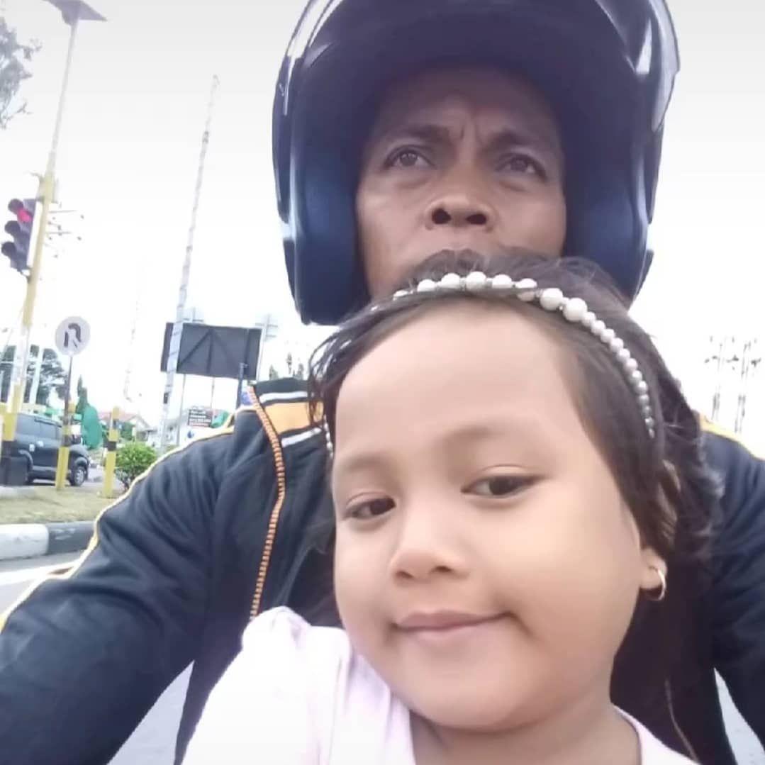 Bantu Ayahnya Order Makanan Ojol, Gadis  Ini Banjir Pujian