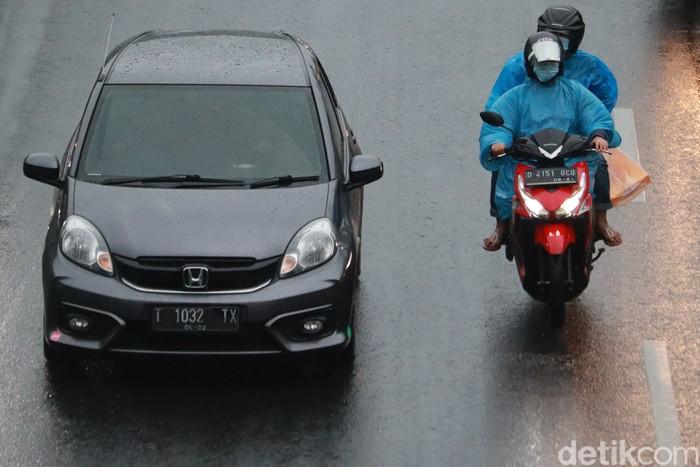 Arus lalu lintas di Jalan Raya Pasteur, Bandung, terpantau ramai lancar. Baik motor maupun mobil tampak wara-wiri melintasi jalan tersebut.