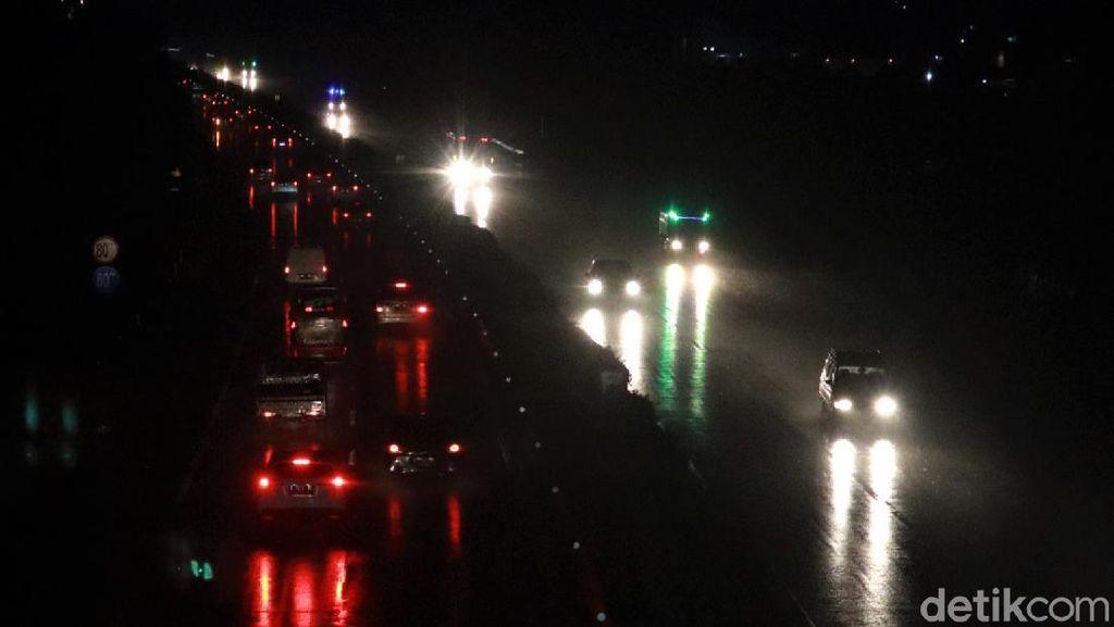Diguyur Hujan, Puncak Arus Balik di GT Cileunyi Ramai Lancar
