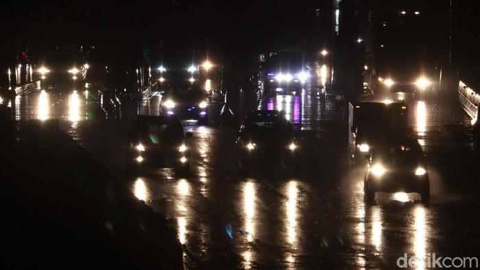 Puncak arus balik libur tahun baru di kawasan Cileunyi diprediksi terjadi hari ini. Meski hujan, arus lalu lintas di GT Tol Cileunyi pun terpantau ramai lancar.