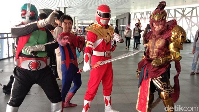 Menjadi cosplayer tak hanya sebagai hobi. Kini orang berkostum ala karakter film anime jepang itu kian banyak ditemukan dan jadi profesi tersendiri di Indonesia