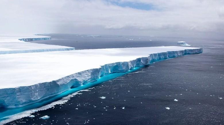Gunung es terbesar di dunia yang disebut A68a terbelah menjadi dua. Bongkahan gunung es sebesar pulau Antartik Selatan tersebut dikatakan mengancam populasi hewan liar.