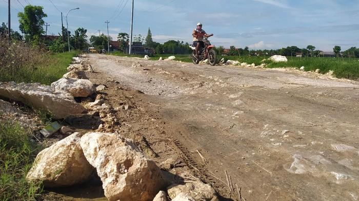Jalan menuju bandara Ngloram di Desa Kapuan rusak dan memprihatinkan