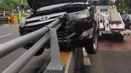 Penampakan Mobil Tertusuk Tiang Pembatas Jalan di Jaksel