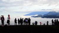 Meski begitu, tak sedikit wisatawan yang tetap datang ke objek wisata tersebut untuk menikmati panorama Gunung Kerinci, hamparan awan, dan gugusan perbukitan Danau Gunung Tujuh saat libur tahun baru.