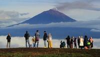 Pengunjung berada di tempat wisata Bukit Tirai Embun, Kerinci, Jambi, Minggu (3/1/2021).