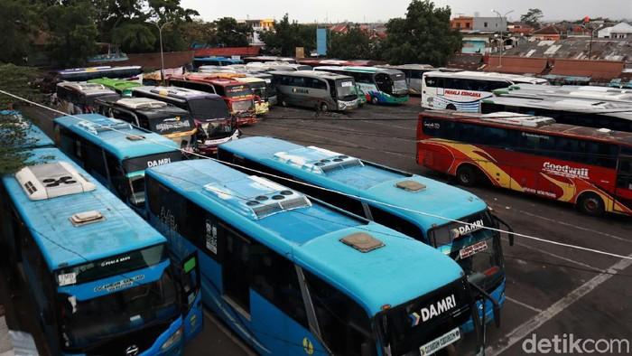 Terminal Cicaheum di Kota Bandung tampak lengang saat puncak arus balik libur tahun baru. Kondisi tersebut terjadi salah satunya akibat pandemi COVID-19.