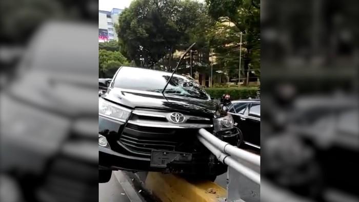 Mobil Tabrak Separator di Gatsu, Tertusuk Besi Pembatas