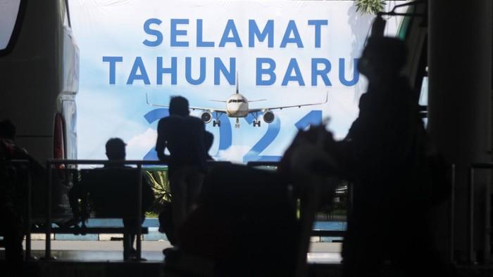 Puncak arus balik libur tahun baru 2021 terjadi hari ini. Sejumlah bandara hingga terminal pun sibuk dengan aktivitas penumpang saat arus balik libur tahun baru