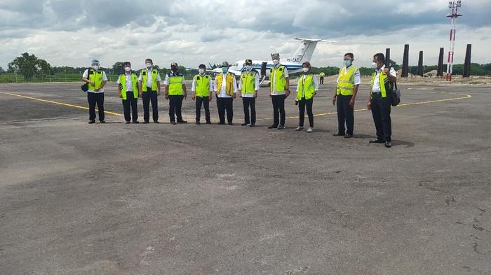Rombongan Menteri Perhubungan, Menteri PUPR, Mensesneg saat meninjau Bandara Ngloram
