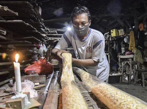 Pabrik tempe di Bekasi kembali melakukan produksi. Sebelumnya sejumlah pabrik tahu dan tempe melakukan aksi mogok akibat kenaikan harga kedelai di pasaran.